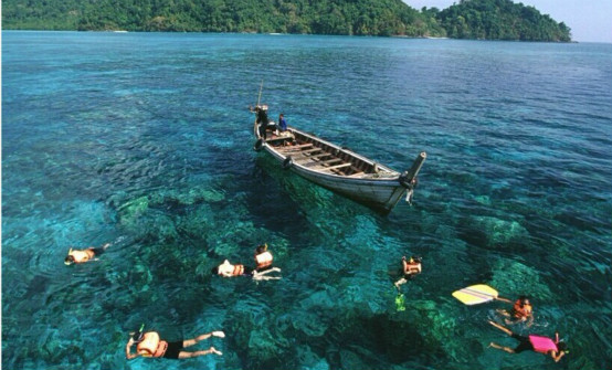 途经【珊瑚岛】金沙岛上的金沙碧浪是周围岛屿之最佳.