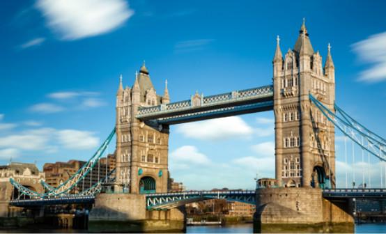 著名的景点,大都分布在河两岸,市区观光:前往伦敦地标伦敦塔桥,议会